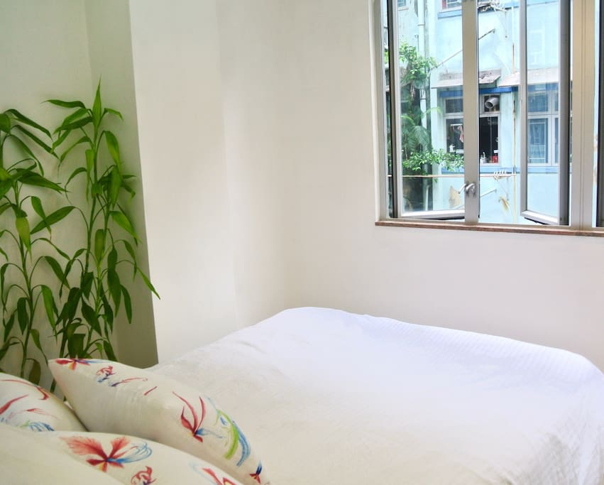 Comfortable queen size bed, with excellent AC and blackout curtains
