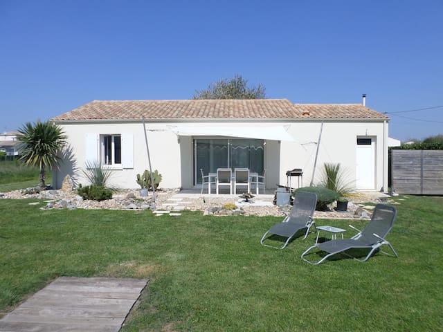 Loue maison Moderne, pour 4 à 5 personnes - Saint-Romain-de-Benet - Rumah