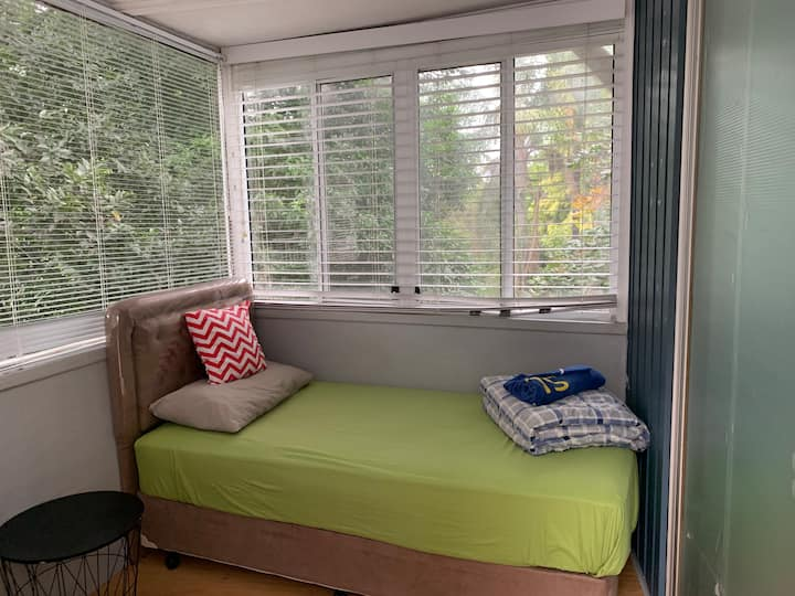 Leafy view small sunroom - 5 mins to bus stops