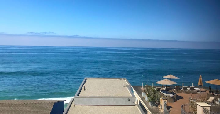 Breathtaking one bedroom condo overlooking the ocean!