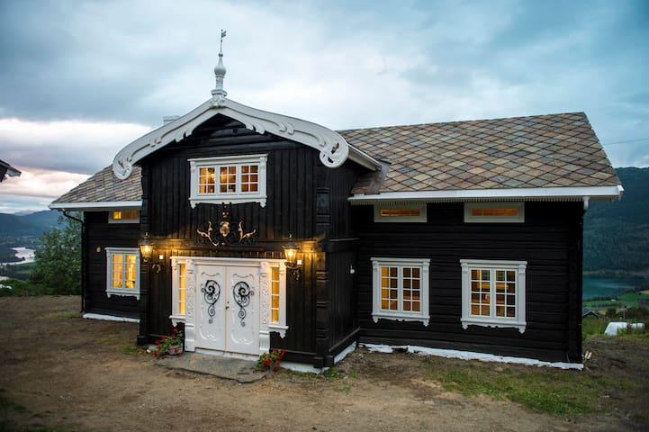 Tradisjonell Tømmerhytte på Gårdstun