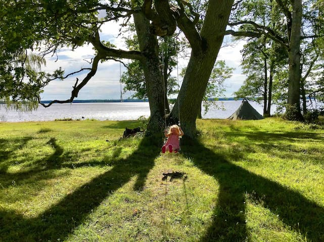 Live by the lake and river. Up to 21 persons.