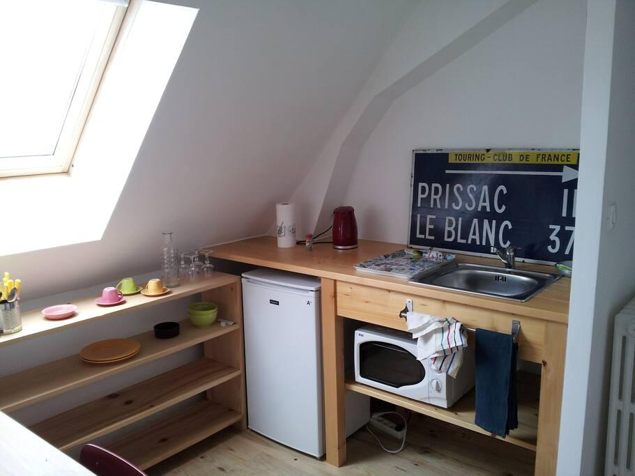 Coin-cuisine avec réfrigérateur, micro-ondes, bouilloire, évier (à partager)