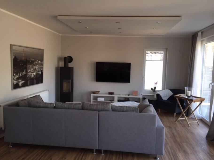Wohnzimmer im EG mit Design Kamin