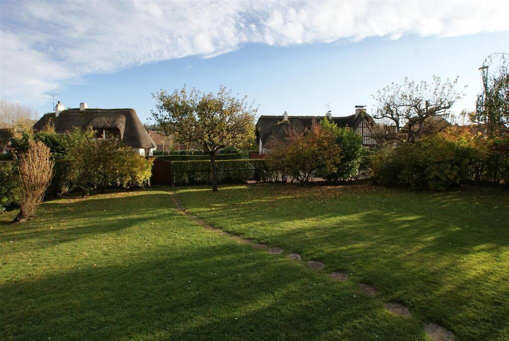 Un grand jardin devant et derrière la maison...
