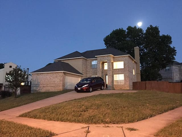 Cozy private bedroom&bathroom near DFW airport! - Irving