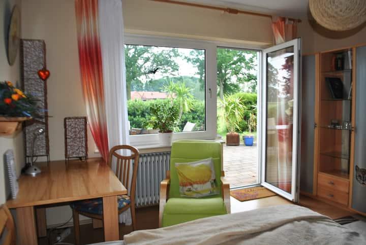 Grosses helles Zimmer mit sonniger Terrasse