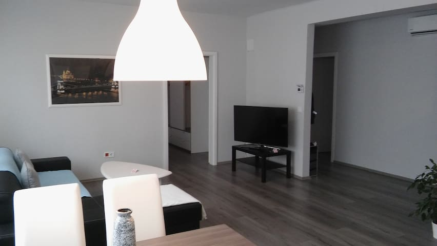 Modern, spacious apartment in downtown w balcony - Vác - Leilighet