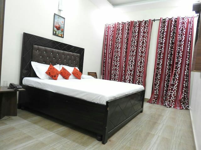 Fully furnished Rooms with WiFi BNB - Zirakpur - Aamiaismajoitus