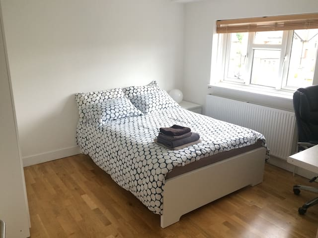Double room (10 minutes from the train station) - Hersham