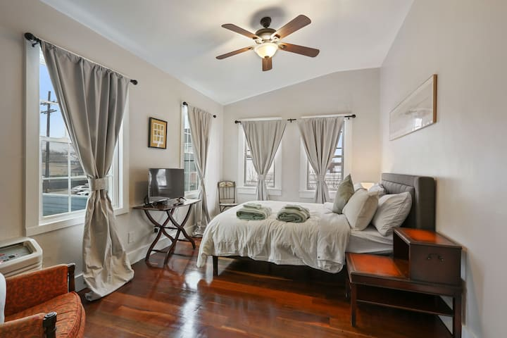 Delightful Freret St Studio Apartment w/parking