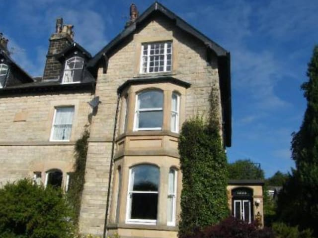 2 bedroom apartment in central Buxton