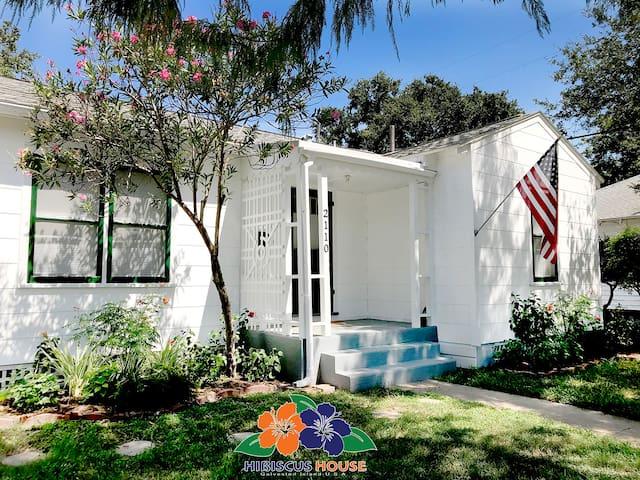 New listing-1940's Cottage, Midtown, Sleeps 6