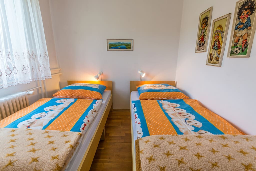 bedroom with 2 single beds that can become double