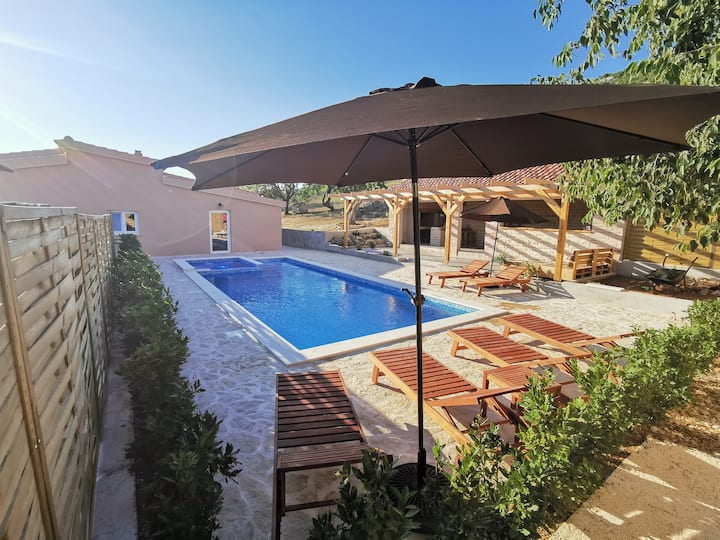 Unique rural Villa Adriart with 40m2 pool+jacuzzi