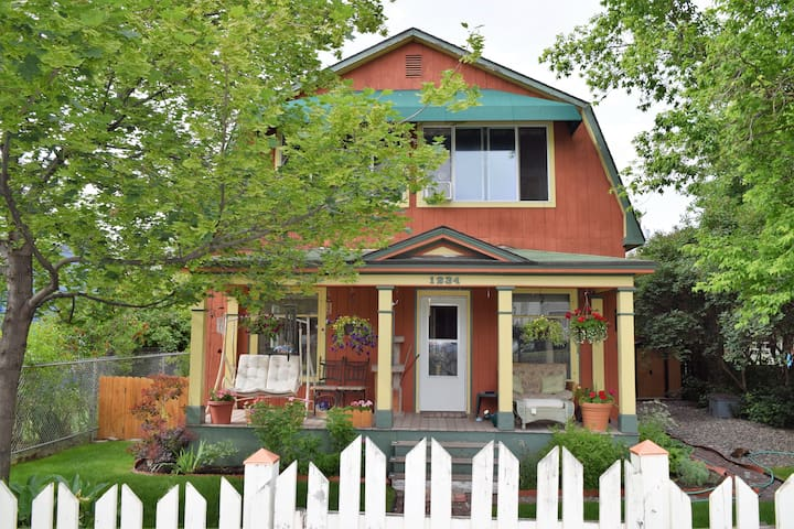 Two story home w/ private bed and bath, near river - Missoula - Casa