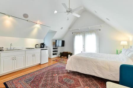 Cute and private loft apartment - Arlington