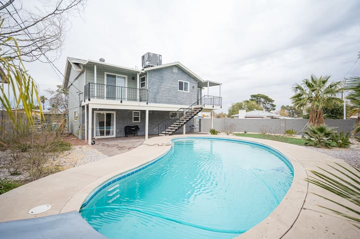 House with a pool 1 mile from the Strip!