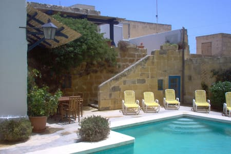 Spacious, traditional farmhouse with large pool. - Haz-Zebbug - วิลล่า