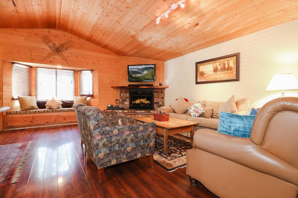 Hawks nest near snow summit game room hot tub cabins for Big bear cabins with jacuzzi tubs