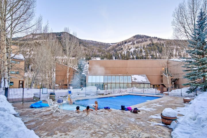 East Vail Condo steps from Hot Tub/Pool on Busline