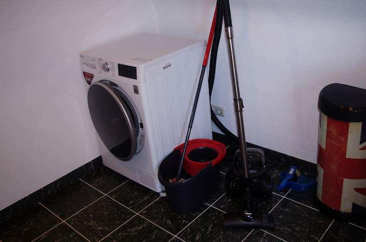 Solltet ihr länger bei uns bleiben, könnt ihr gerne den Waschtrockner und weiteres Reinigungsequipment nutzen.