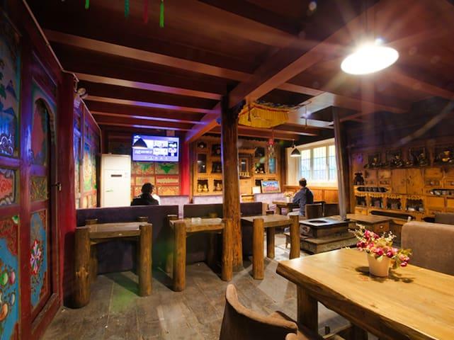 上新特惠【碧家小筑】含3早 | 店内有小酒吧&餐厅 | 楼顶可休闲 | 经济三人间