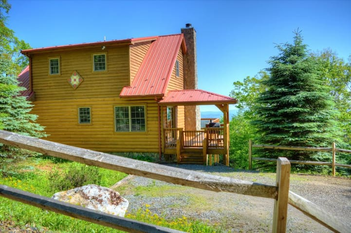 Above the Clouds-3 BR Majestic Long Range Views, Wi-Fi, Wood burning FP, Easy paved access, AC