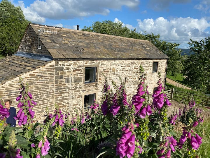 Remote stone barn in the rural Peak District