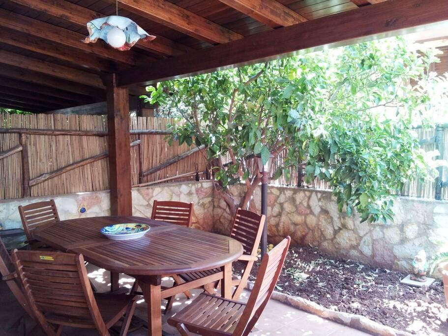 veranda coperta con tavolo per pranzo/cena