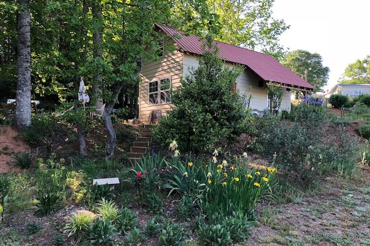 """Scenic cottage on a farm - """"Annastasia's Retreat"""""""