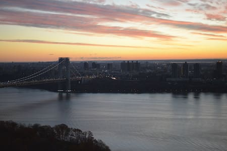Inspired views from this luxury room in 2BR by GW! - Fort Lee - Lejlighed