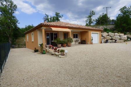 Villa 90 m² de plain pied entièrement cloturée - Vila
