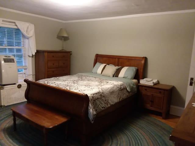 Historic Home Bedroom 3 blocks from Market Street