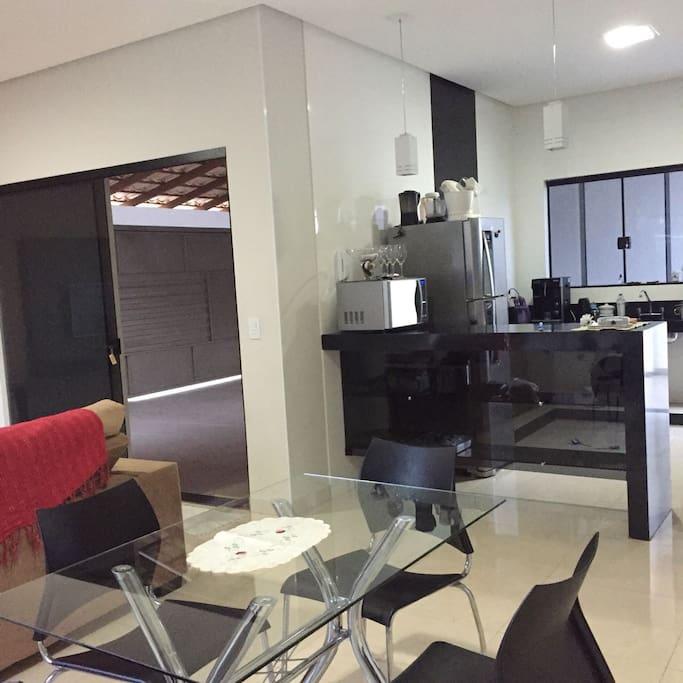 Sala conjugada com copa e cozinha