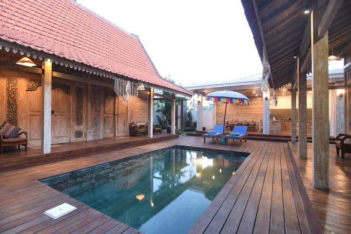 Cozy 4 bedrooms Joglo wooden villa in Canggu #1