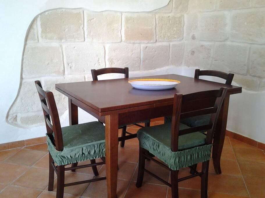 zona giorno con tavolo e sedie