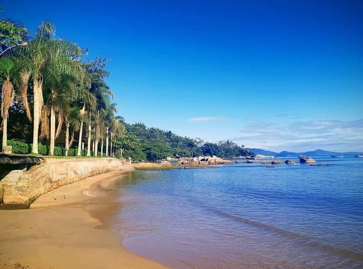 Charmoso sobrado azul 20 m da praia de Porto Belo