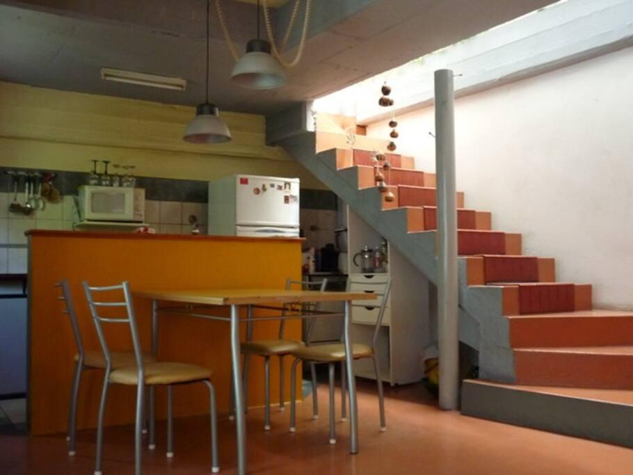 Vista de la zona de comedor y la escalera al baño y dormitorio