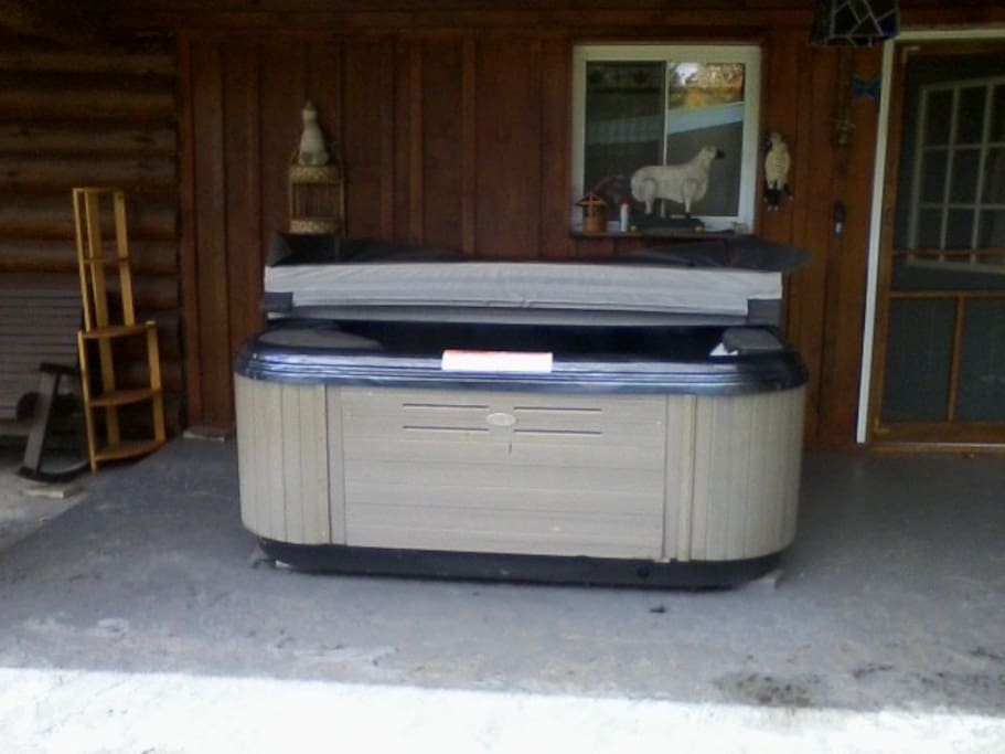 Outdoor hot tub that guests are welcome to use. Available all seasons.