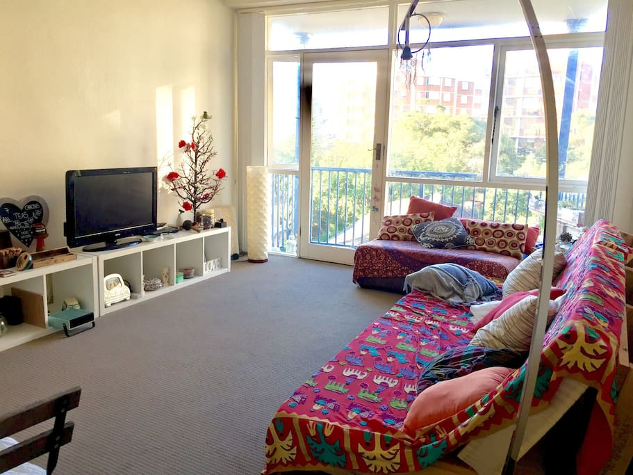 Sunny living room, with lots of day light, Netflix, wi-fi and Bondi ocean views