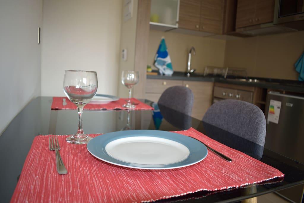 Comedor y cocina equipada a full para 4 personas.