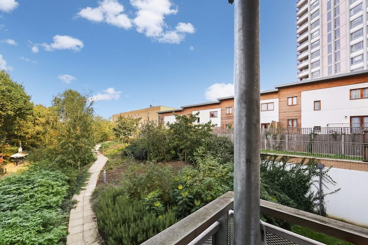Spacious & central 2-Bed flat, close to station