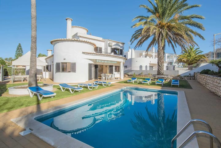 Traditional 5 bed villa close to amenities