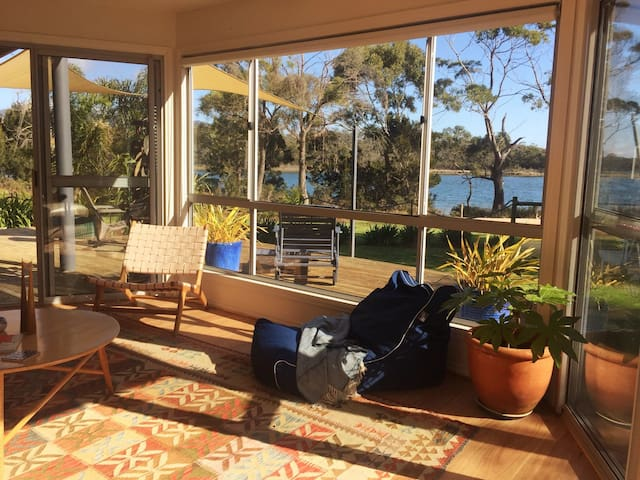 Private waterfront sunny retreat -Bay of Fires