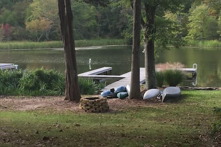 COZY CABIN DIRECTLY ON LAKE WITH PRIVATE BOATHOUSE - Guntersville - Mökki