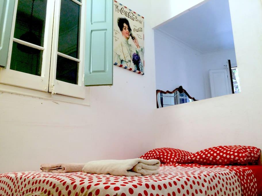 la habitación extra con colchón súper confortable junto al salón