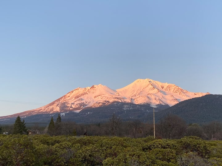 Mount Shasta views! Private home for 2-6 people
