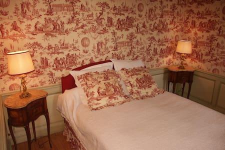Room Toile de Jouy; Château de Nyon - Ourouër - ที่พักพร้อมอาหารเช้า