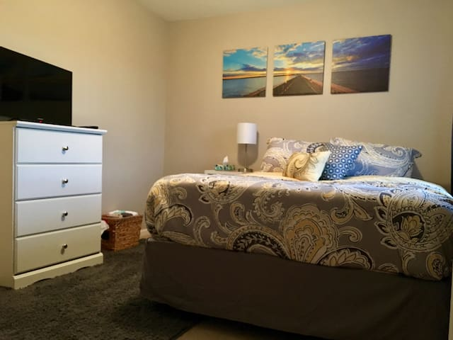 QUEEN Room w/ Extended Stay Sale! - Plainfield - Huis